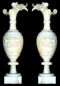 Bild des linken Alabasterkruges, rechts ist gespiegelt