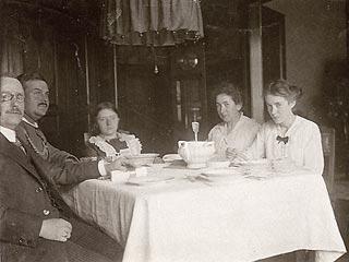 Foto: Heinrich Rudolf sitzt bei Theodor jun. und Familie am Tisch
